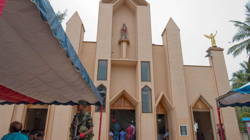 En soldat vaktar en katolsk kyrka i Sri Lanka.