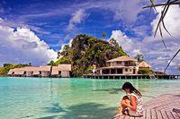 Tre och en halv timme med båt från staden Sorong på Västpapua i Indonesien ligger Misool Eco Resort i ögruppen Raja Ampat.