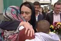 Premiärminister Jacinda Ardern kramar om en kvinna under ett besök vid Kilbirniemoskén i Wellington.