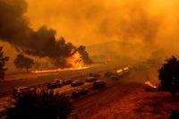 Närmare 370 skogsbränder rasar i den amerikanska delstaten Kalifornien.