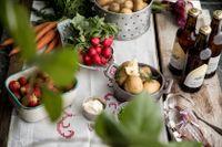 Sill, potatis, rädisor och jordgubbar. Vi spås öka vår matkonsumtion till midsommar med 14 procent. Arkivbild.
