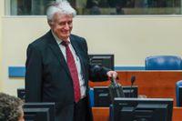 Bosnienserbiske ex-ledaren Radovan Karadzic pratar med sina försvarsadvokater när han anländer till FN-tribunalen.