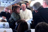 Påve Franciskus ombord på planet på väg från Rom till Malmö i förra veckan.