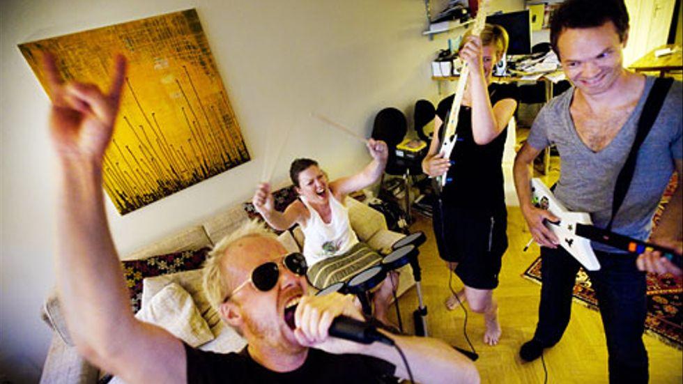 David Ahlard, Fredrika Ling, Hanna Nyström och Sam Sundberg testar Rock Band.