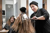 Linda Ebid är den första som färgar mitt hår som jag vill, säger Pegah Ghochogh som kommer från Iran och har bott i Sverige i 17 år.