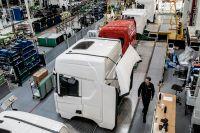 Den globala bristen på halvledare pressar fordonstillverkarna. Hittills har de svenska bolagen kunnat hålla produktionen igång.
