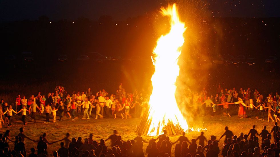 Dans kring elden hör till midsommarfirandet i Vitryssland. Midsommarbålen har länge även varit en nordisk tradition, som dock upphörde i Sverige under 1900-talet.