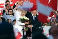 Andrzej Duda och hans fru Agata Kornhauser-Duda under valdagen i Polen 12 juli.