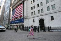 Flicka framför börshuset i New York. Arkivbild.