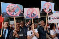 EU-kritisk protest i Polen riktad mot den ungerskfödde finansmannen George Soros, EU:s permanente ordförande Donald Tusk och EU-kommissionens vice ordförande Frans Timmermans Bild från Warszawa i onsdags.