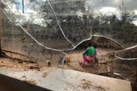 En familj i byn Bopira i Moçambique på sin cyklonhärjade bakgård tidigare i april.