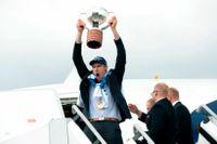 Finland lagkapten Marko Anttila sträcker upp VM-pokalen efter att laget landat på Helsingfors flygplats.