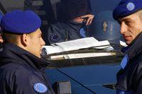 Franska polisen inom EU:s styrka på plats vid en postering mellan mellan serber och kosovoalbaner.