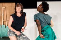 """Jenny Nilson och Brittanie Brown i """"Promise land"""" på Dansens hus. Verket ska på turné med Riksteatern."""