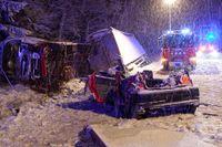 Fem människor omkom i en trafikolycka strax söder om Vara på måndagskvällen.