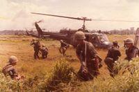Amerikanska soldater under ett sökuppdrag söder om Saigon i Vietnam 1972.