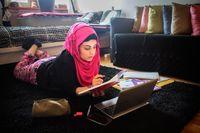 För sju år sedan fick Rana Ali läxhjälp på Bredbyskolan i Rinkeby. Nu är arbetar hon som läxhjälpare.