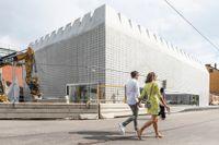 Liljevalchs+ beskrivs som ett konstverk för konst, ritat av Gert Wingårdh i samarbete med glasformgivaren Ingegerd Råman.