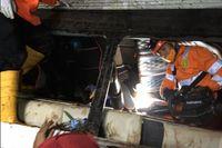 Räddningsarbetare letar efter överlevande i vraket efter en buss som har störtat ner i en ravin i Indonesien. Minst 27 människor har omkommit i olyckan.