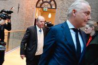 Före detta jordbruksminister Eskil Erlandsson och försvarsadvokat Johan Eriksson i tingsrätten i Stockholm. Erlandsson är misstänkt för att ha ofredat tre kvinnor sexuellt.