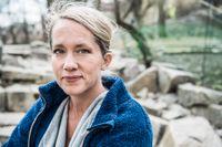 """Felicia Feldt arbetade två och ett halvt år på ett hospis, ett vårdhem för svårt sjuk och döende människor. Nu har hon skrivit """"Dödsbädden"""", en bok om sina erfarenheter från arbetet."""