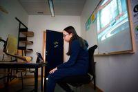 """Nikolina läser in sin """"egen"""" nyhet i den uppbyggda låtsas-studion."""
