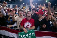 Anhängare till Donald Trump på kampanjmötet i Battle Creek, Michigan.