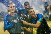 Antoine Griezmann, Paul Pogba och Kylian Mbappé firar att laget nu har två stjärnor på landslagströjan.