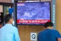 Människor i Seoul tittar på en tv-sändning om Nordkoreas sprängning av sambandskontoret i Kaesong.