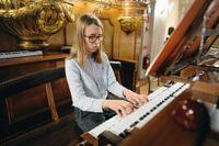 Casimir, 13, spelar orgel i Gustav Vasa kyrka i Stockholm. Efter gymnasiet vill han gå på en bra musikhögskola. Det finns en i Frankrike och en i New York som han är intresserad av.