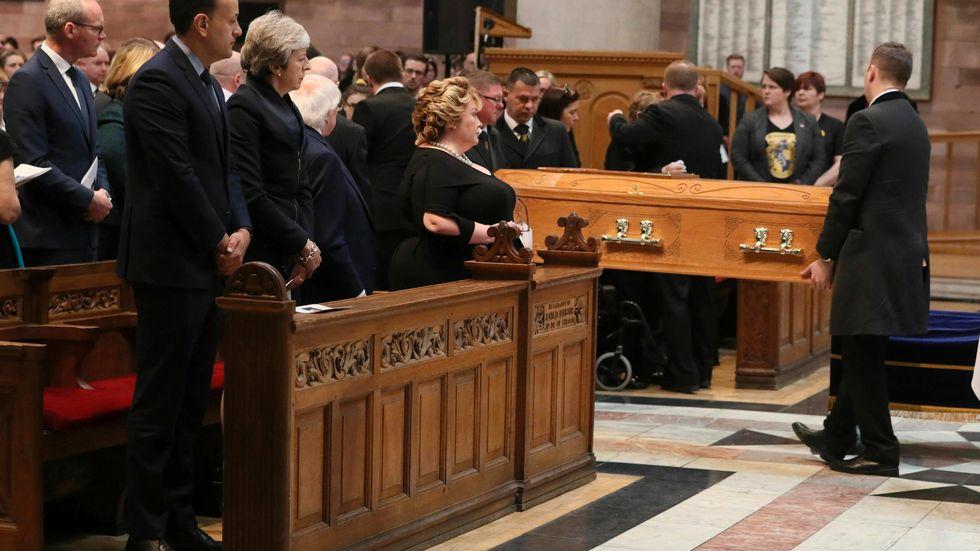 Irlands dåvarande premiärminister Leo Varadkar och Storbritanniens dåvarande premiärminister Theresa May vid begravningen av den mördade journalisten Lyra McKee i Belfast 2019.