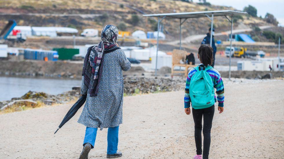Grekland tar till hårda metoder för att stoppa flyktingar från att komma in i landet från Turkiet.