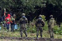 Migranter och gränsvakter vid polsk-belarusiska gränsen. Bild från tidigare i september.