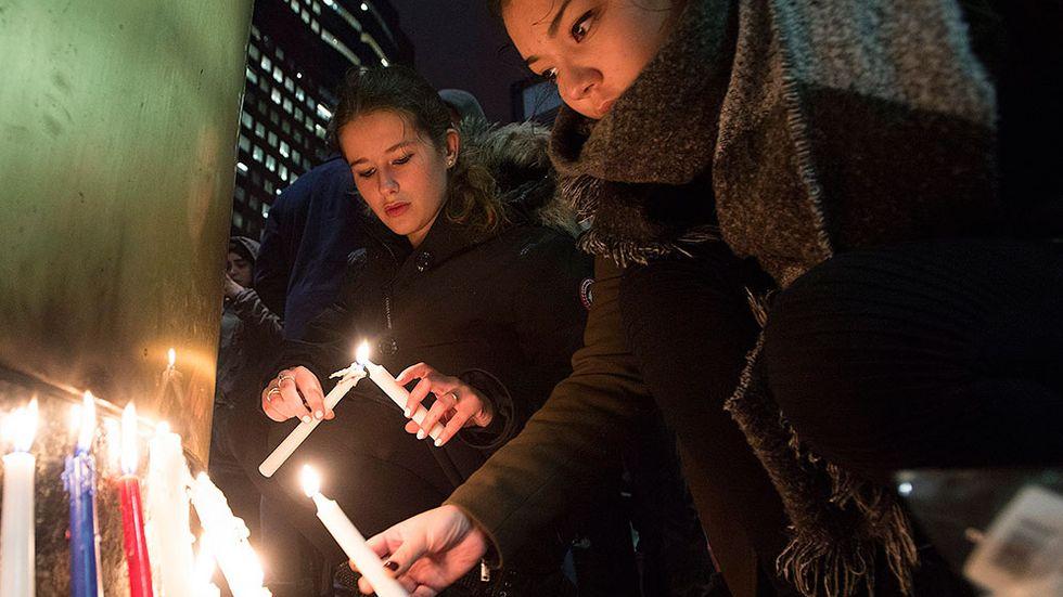 Ungdomar tänder ljus för Frankrike utanför landets konsulat i Montreal, Kanada.