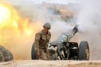 En armenisk soldat avfyrar artilleri mot azeriska posteringar nära den omtvistade utbrytarregionen Nagorno-Karabach.