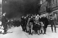 Den sista överlevande upprorsmakaren från det judiska gettot i Warszawa har dött. Arkivbild från 1943, efter att tyska styrkor börjat jämna gettot med marken.