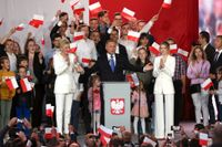 Sittande presidenten Andrzej Duda leder med knapp marginal, enligt en vallokalsundersökning vid 21-tiden.