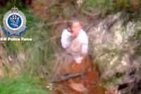 """På en filmupptagning syns Anthony """"A.J"""" Elfalak dricka vatten ur en bäck i vildmarken."""