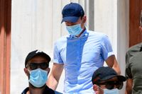 Landslagsbacken Harry Maguire, i mitten, lämnar en domstolsbyggnad på den grekiska ön Syros den 22 augusti. Maguire dömdes på tisdagen för tre olika brott efter ett bråk på ön Mykonos förra veckan.