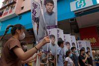 Demonstranter – däribland Joshua Wong, fyra från höger – protesterar mot säkerhetslagen i Hongkong. Bild från tidigare i juni.