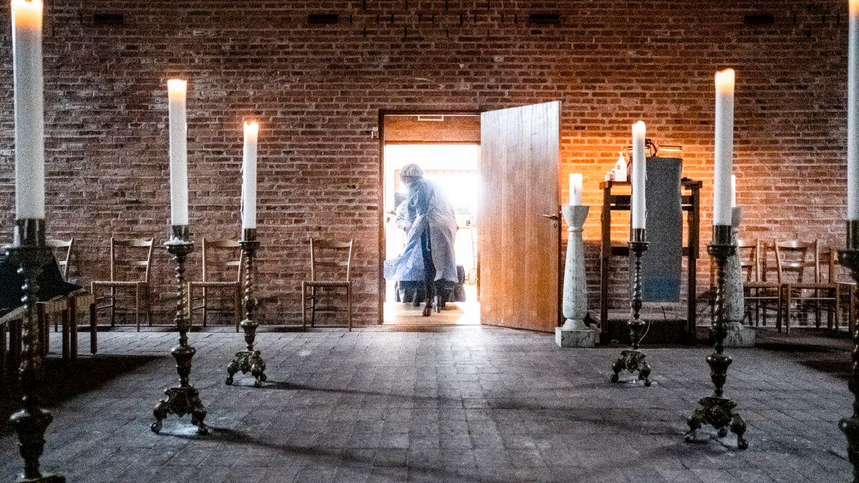 Flera av Sveriges sista Förintelseöverlevare har avlidit i covid-19. På en vecka begravdes nio coronaoffer på judiska begravningsplatsen i Stockholm.