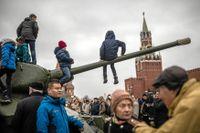 Efterdyningarna av tisdagsmorgonens revolutionsparad på Röda torget. Barn klättrar på militära fordon. Kreml vill hellre fira segern i andra världskriget än Oktoberrevolutionen eftersom man inte öppet vill fira en dag förknippad med uppror.