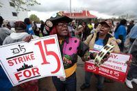 Velma Conrelius, och Zelma Kinchloe protesterade utanför Mc Donalds i Detroit i förra veckan. De anställda i USA kräver 15 dollar i timlön.