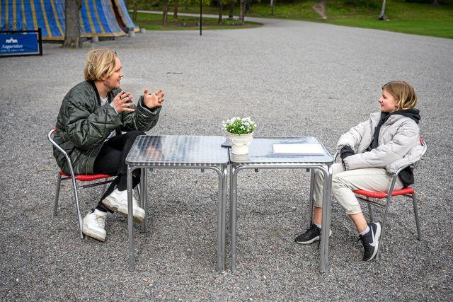 Här drar Rut drar igång intervjun på säkert avstånd. Foto: Ari Luostarinen