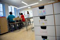 Moderaterna menar att en satsning på 700 miljoner kronor per år kan leda till 1750 lärarassistenter på skolor i utsatta områden. Arkivbild.