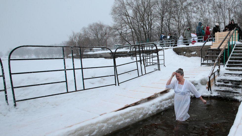 En kvinna gör det traditionsenliga doppet till minne av Jesu dop, i en flod i Moskva. Arkivbild.