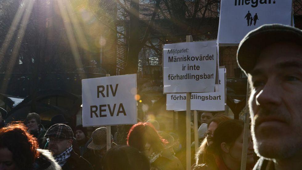 2013-03-09 Demonstration i Stockholm på lördagen mot utvisningar av människor utan uppehållstillstånd och mot polisens projekt REVA för att hitta dem som är illegalt i landet. Reva (Rättssäkert och effektivt verkställighetsarbete) syftar till att fler utvisningar av papperslösa ska verkställas.
