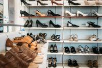 Människor köper inte skor under pandemin. Arkivbild.