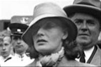 """Två av essäerna i """"Garbo går iland"""" kretsar kring den svenska filmstjärnans återkomst till Göteborg den 13 juni 1935."""