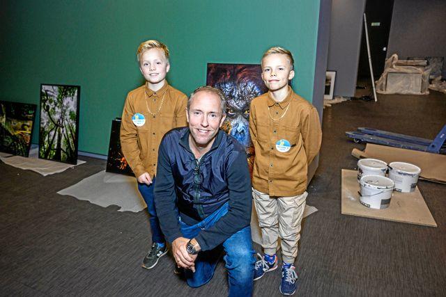 Horace, 11 och Spencer, 11, juniorreportrar, Mattias A Klum, 52, fotograf. Med utställningen vill Mattias visa sin kärlek och oro för naturen.